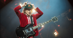 Read more about the article ประวัติ Angus Young มือกีตาร์สุดระห่ำแห่ง AC/DC